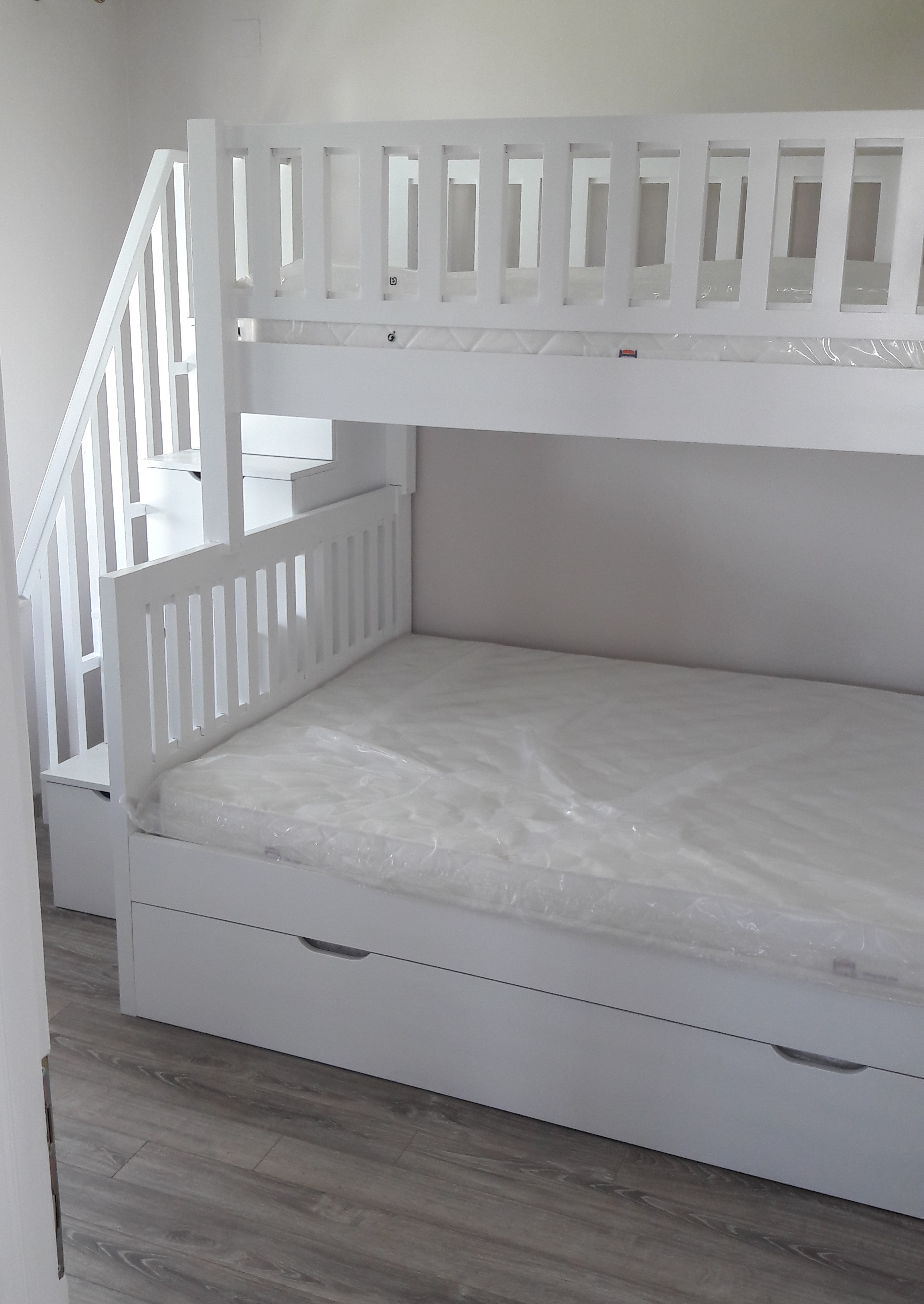 Двуетажно детско легло със стълбичка-чекмеджета, бяло