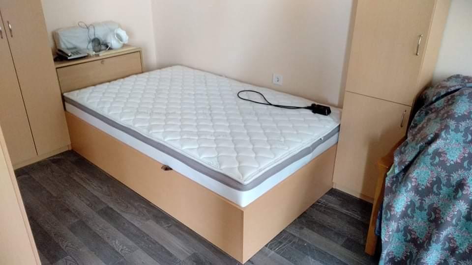 Легло с повдигащ се матрак,