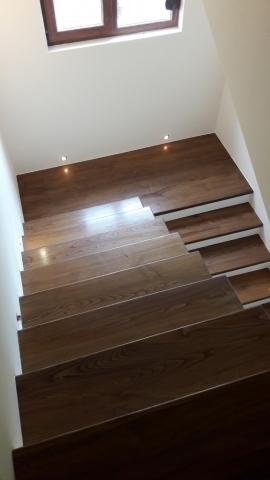 Дървено стълбище със междинна площадка