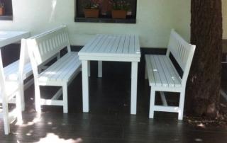 дървена маса с пейки за заведение