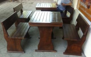 дървена маса с пейки