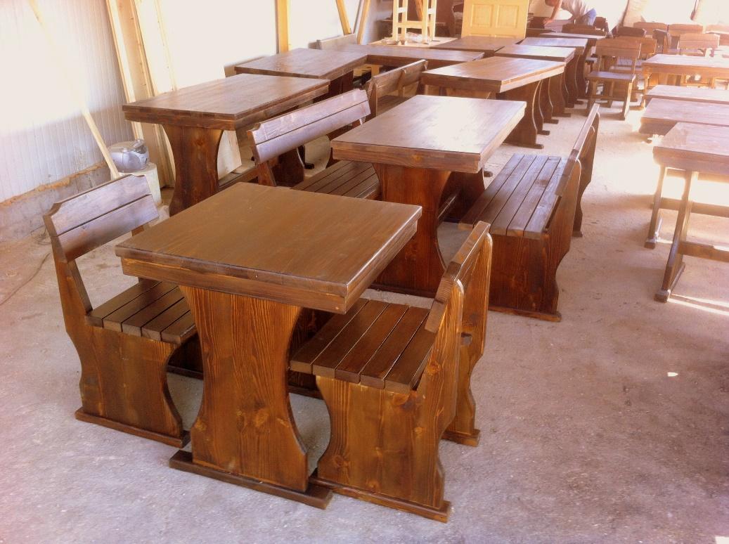 дървена маса и столове