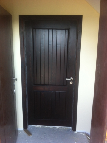 Масивна врата - чам, тъмен байц със фрезована табла