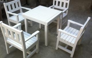 Дървени столове и маса за открито