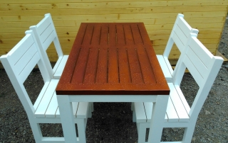 Дървена маса с бели столове за градина