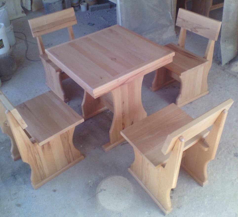 Масивни дървени маси и столове
