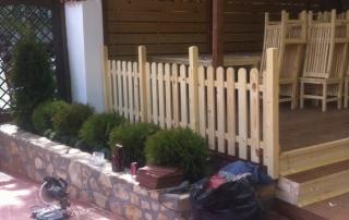 Дървена оградка в градина на ресторант