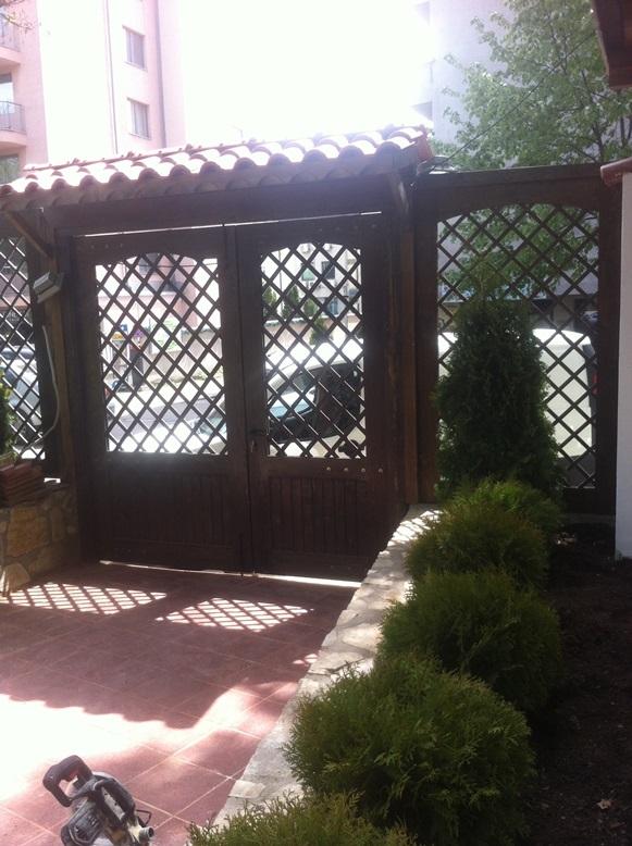 Дървена портална врата в заведение